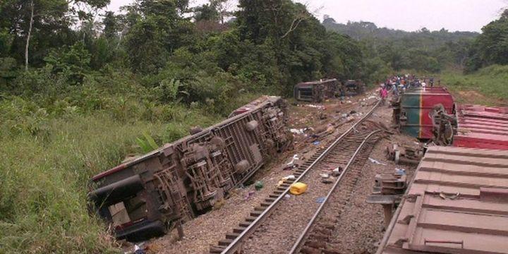 KDC'de raydan çıkan tren kaza yaptı en az 40 kişi hayatını kaybetti