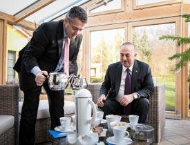 Alman Bakanı Gabriel, Çavuşoğlu'na kendi evinde eliyle Türk çayı ikram etti!