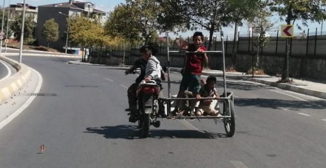 4 çocuğun motosiklet ile yolculuğu yürekleri ağza getirdi