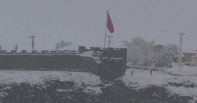 Ardahan'a mevsimin ilk karı düştü kent merkezi beyaza büründü