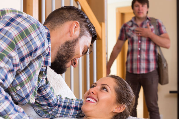 Karşı komşum eve erkek aldı kocasını aldatıyor?