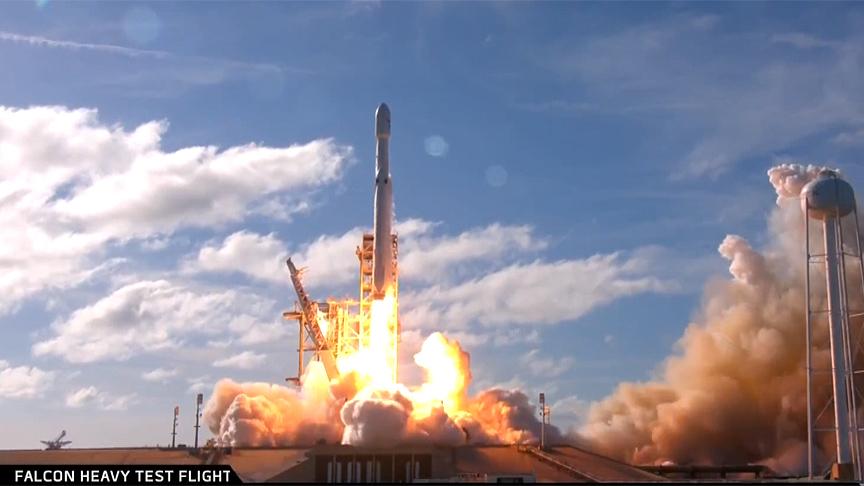Dünyanın en güçlü roketi Falcon Heavy'yi içinde elektrikli bir arabayla uzaya fırlattı.