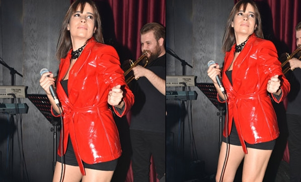 Şarkıcı Dicle Olcay, Kırmızı mont ve mini şortuyla büyüledi
