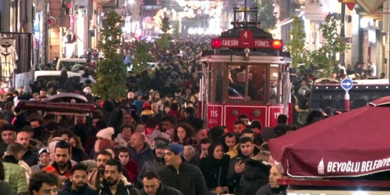 Yeni yıla saatler kala İstiklal Caddesi tıklım tıklım doldu