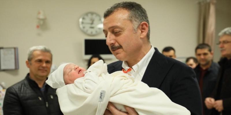 Yeni yılın ilk doğan bebeğinin kulağına kocaeli belediye başkanı ezan okudu